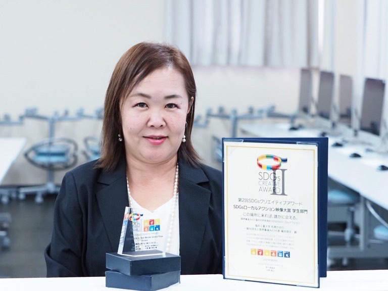SDGsクリエイティブアワード大賞トロフィーと表彰状